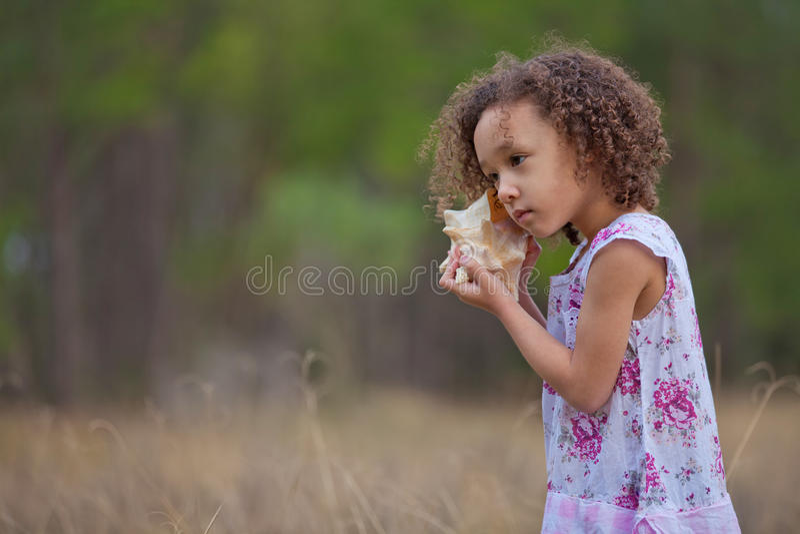 Meisje dat op het Overzees let stock foto