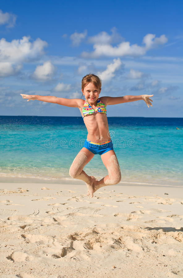 Meisje dat op het strand springt royalty-vrije stock foto's
