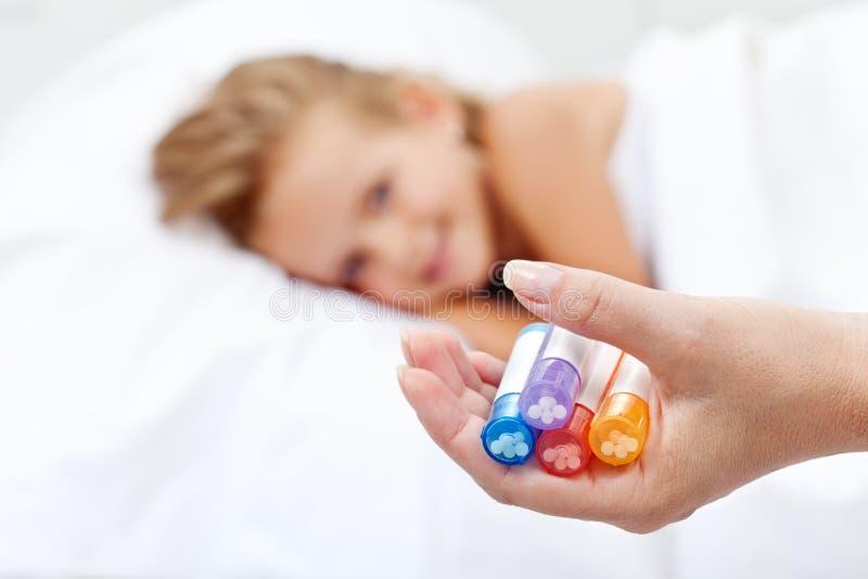 Meisje dat op homeopathisch medicijn wacht royalty-vrije stock afbeeldingen