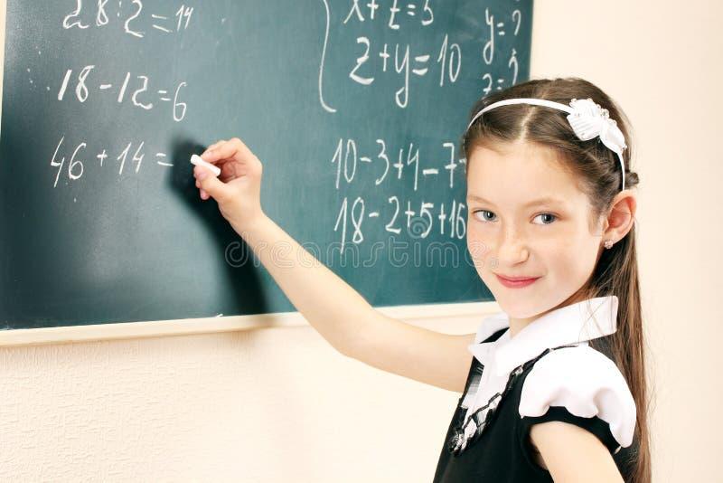 meisje dat op klaslokaalraad schrijft royalty-vrije stock foto