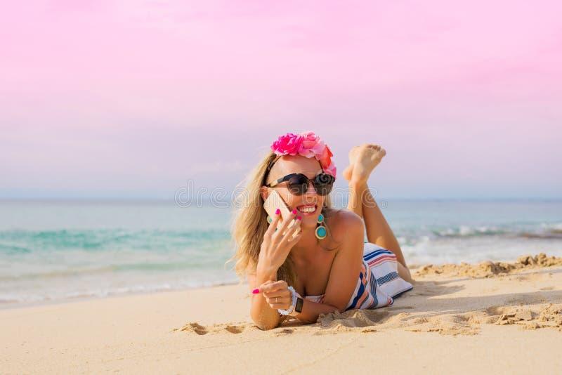Meisje dat op telefoon op het strand spreekt royalty-vrije stock foto's