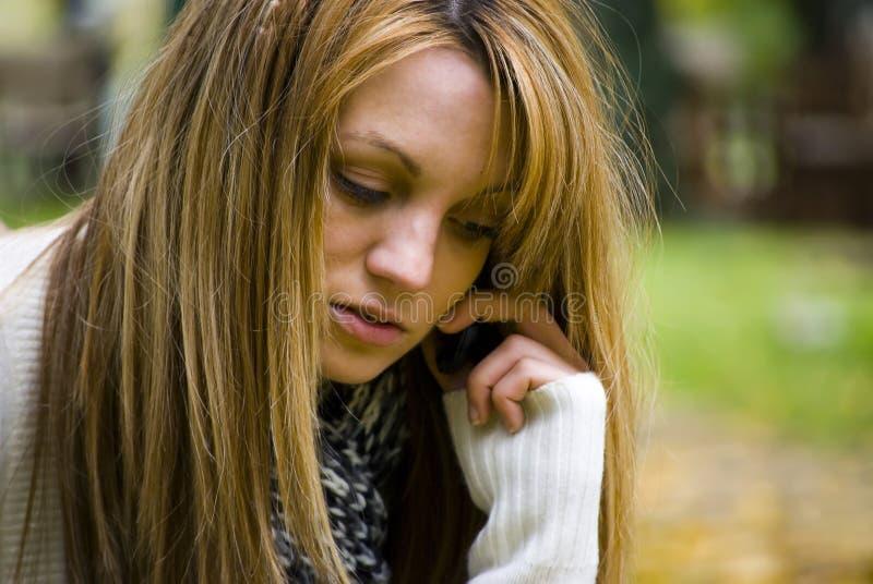 Meisje dat op telefoon spreekt stock foto's