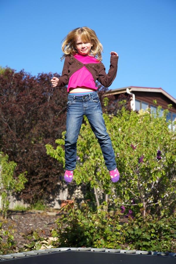 Meisje dat op trampoline springt royalty-vrije stock foto's