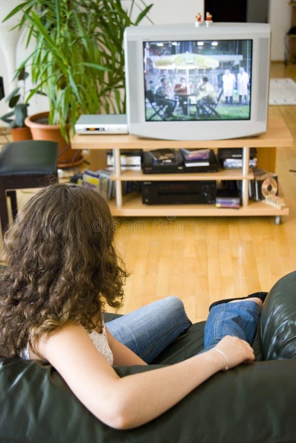 Meisje dat op TV let stock afbeelding