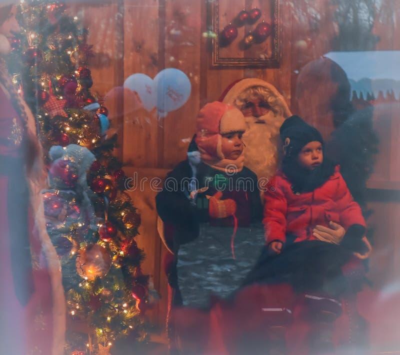 Meisje dat over giften voor Kerstmis denkt stock foto's