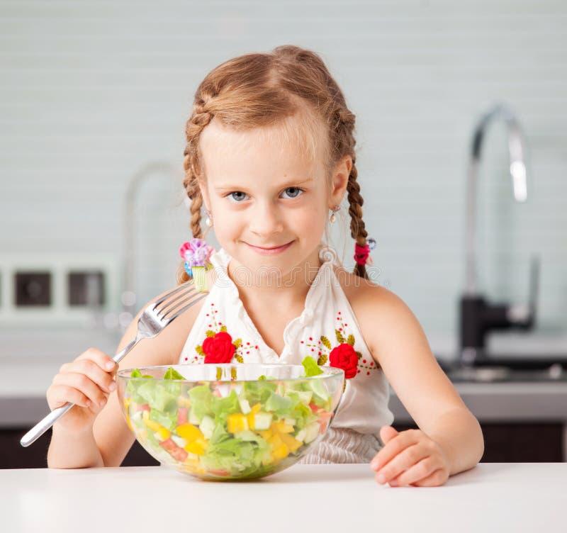 Meisje dat plantaardige salade eet royalty-vrije stock foto's