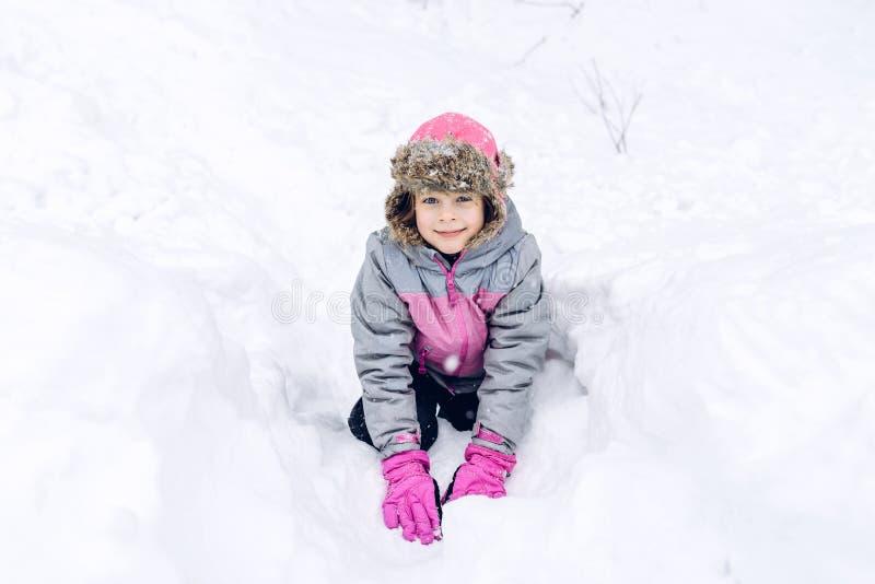 Meisje dat pret in de sneeuw heeft royalty-vrije stock afbeeldingen