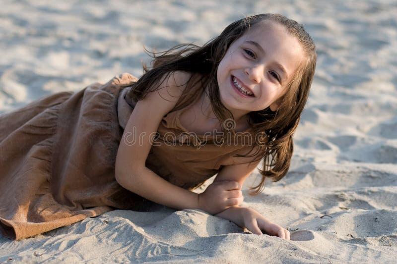 Meisje dat pret heeft bij strand stock fotografie