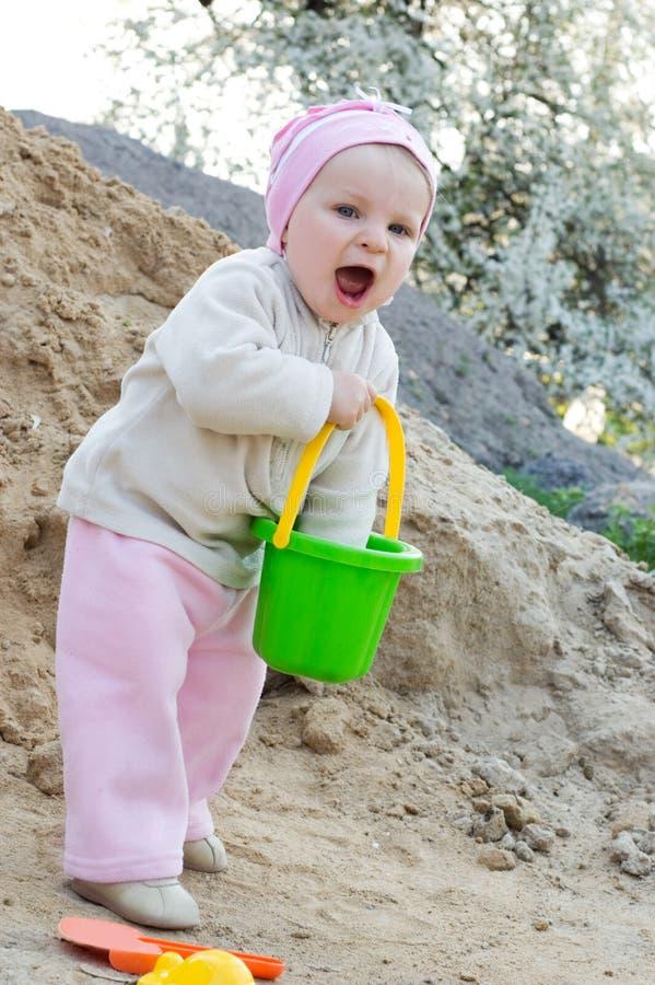Meisje dat pret het spelen in zand heeft stock afbeeldingen