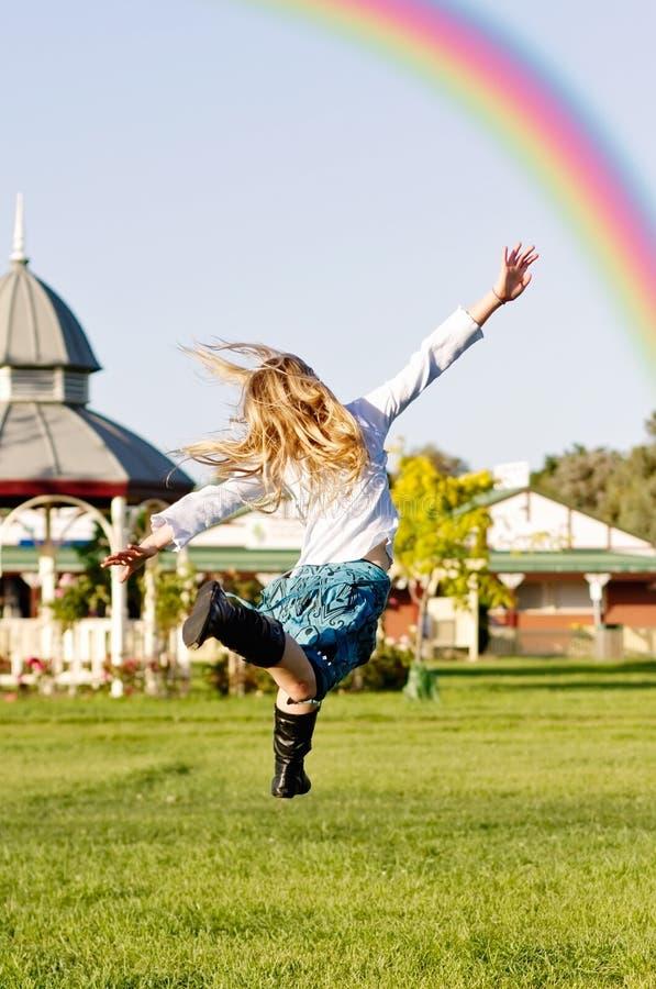 Meisje dat regenboog achtervolgt royalty-vrije stock fotografie