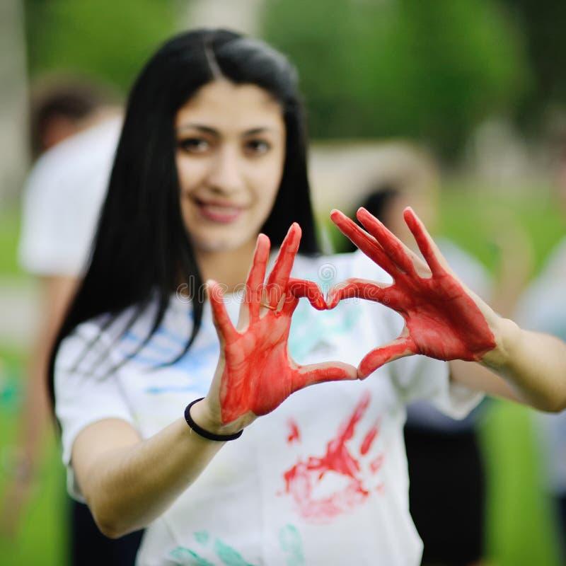 Meisje dat rood hart toont stock foto's