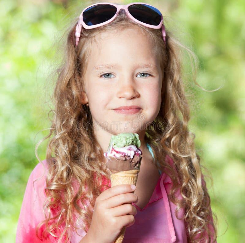 Meisje dat roomijs eet royalty-vrije stock afbeelding