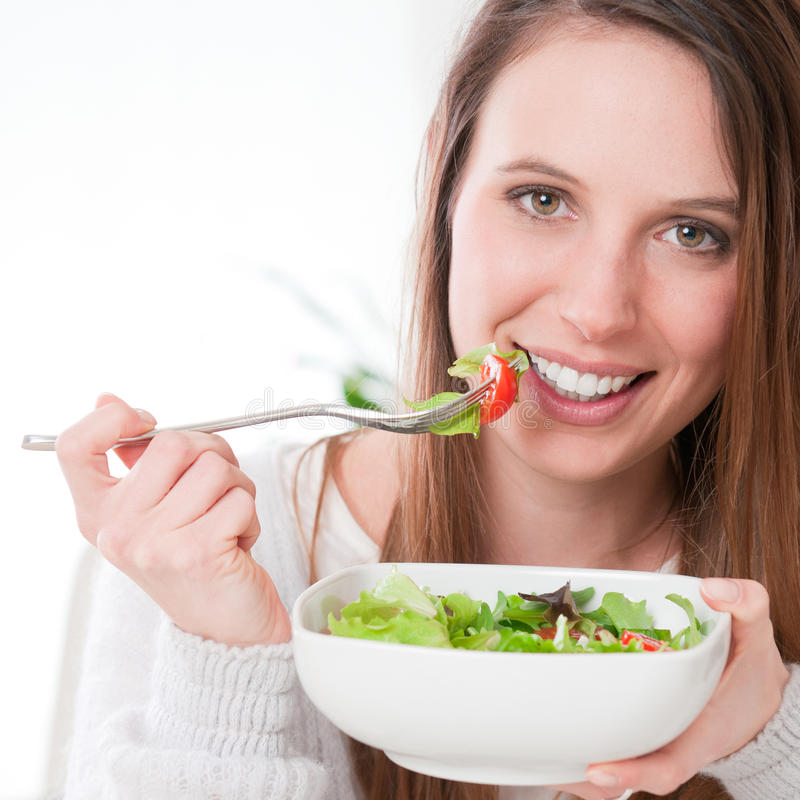 Meisje dat salade eet royalty-vrije stock fotografie