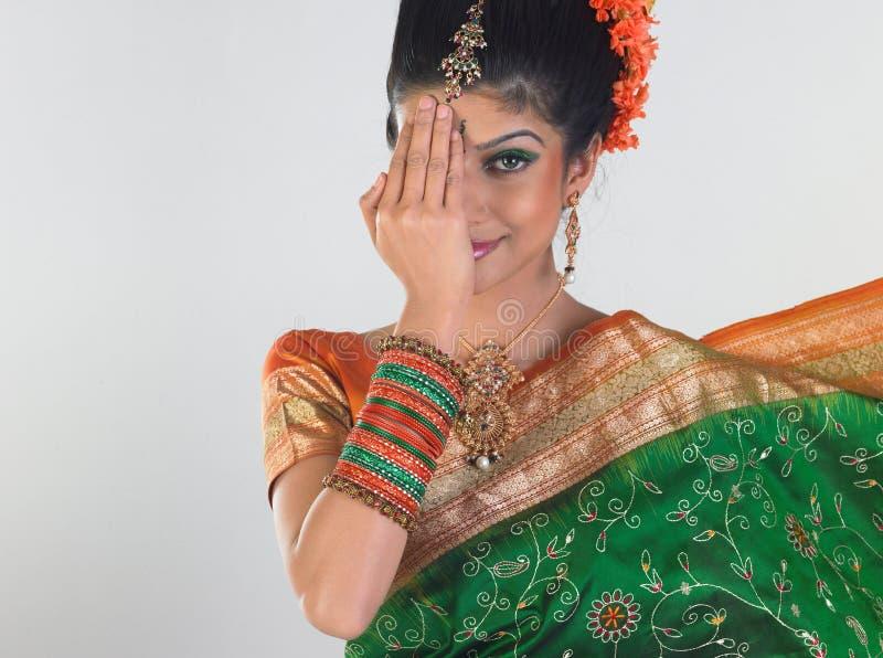 Meisje dat schuw in bruids Sari voelt stock foto's