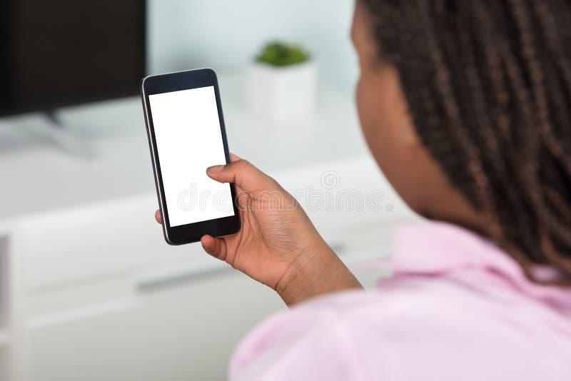 Meisje dat Slimme Telefoon met behulp van royalty-vrije stock afbeeldingen
