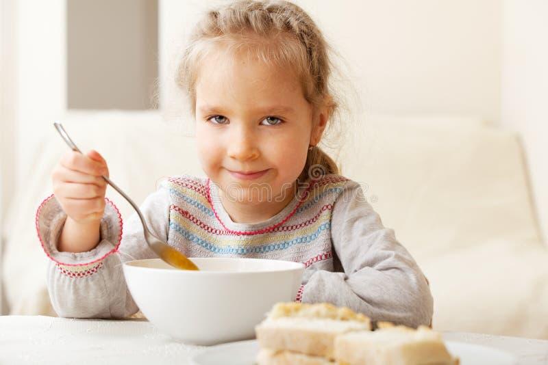 Meisje dat soep eet royalty-vrije stock afbeelding