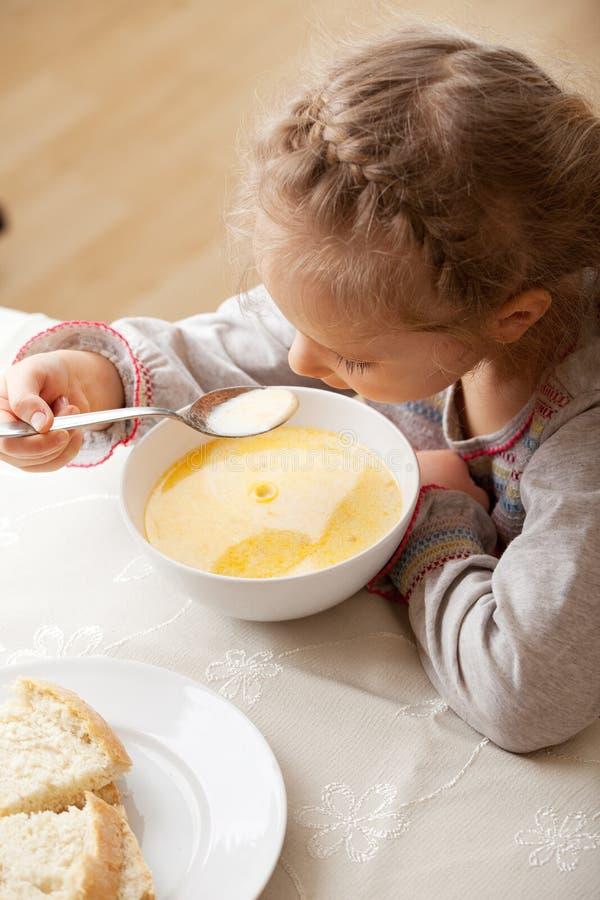 Meisje dat soep eet stock fotografie