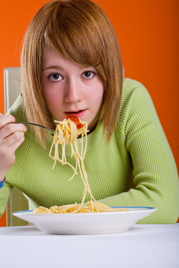 Meisje dat spaghetti eet stock foto