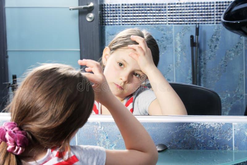 Meisje dat spiegel bekijkt royalty-vrije stock afbeelding