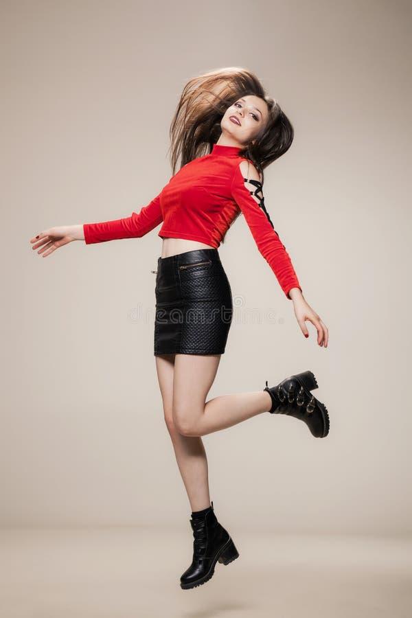 Meisje dat in studio springt royalty-vrije stock afbeelding