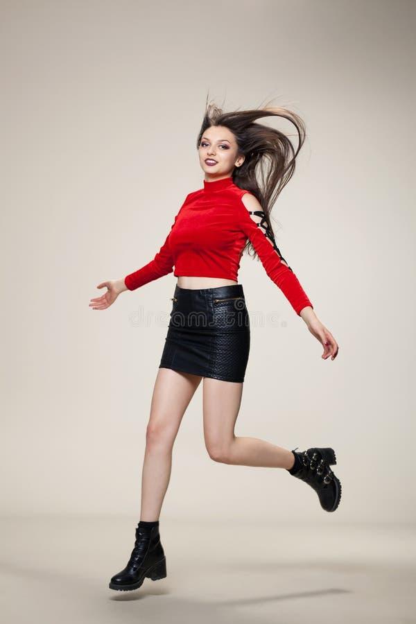 Meisje dat in studio springt royalty-vrije stock foto's
