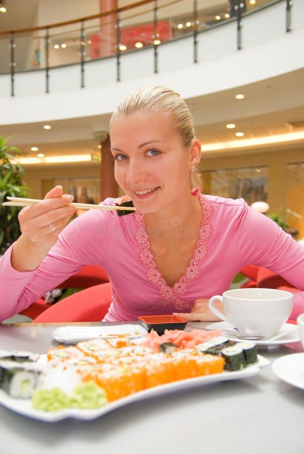 Meisje dat sushi eet stock afbeeldingen