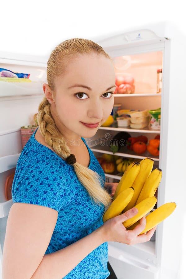 Meisje dat te eten iets zoekt stock foto