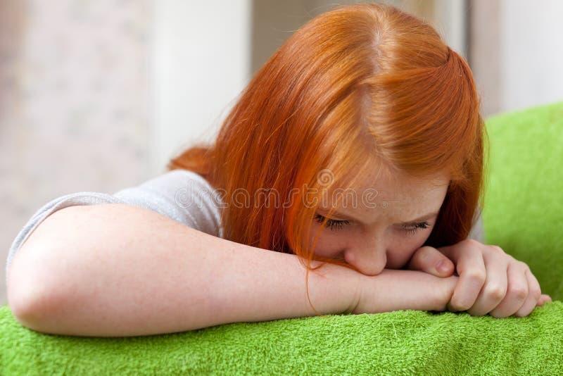 Meisje dat teleurstelling in eerste liefde heeft stock afbeelding