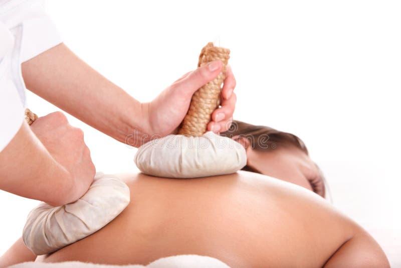 Meisje dat Thaise kruidmassage in beauty spa heeft. stock foto's