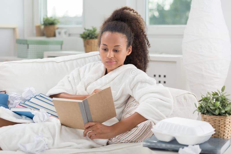 Meisje dat thuis bestudeert royalty-vrije stock afbeeldingen