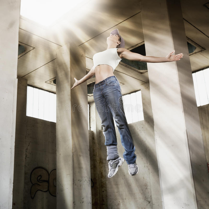 Meisje dat tot helder licht drijft. stock foto's
