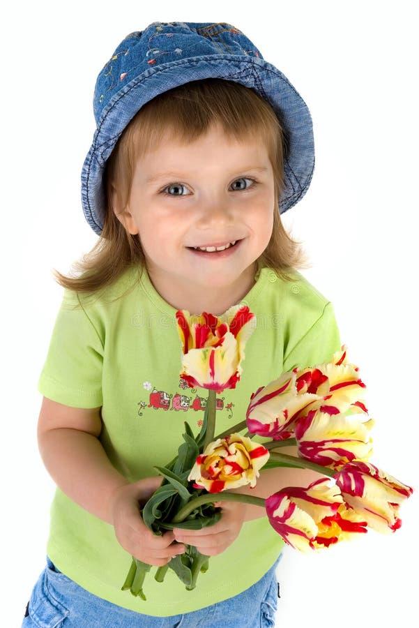 Meisje dat tulpen geeft stock foto