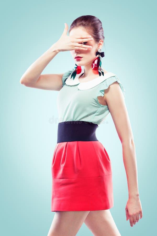 Meisje Dat Tussen Haar Vingers Kijkt Royalty-vrije Stock Afbeelding