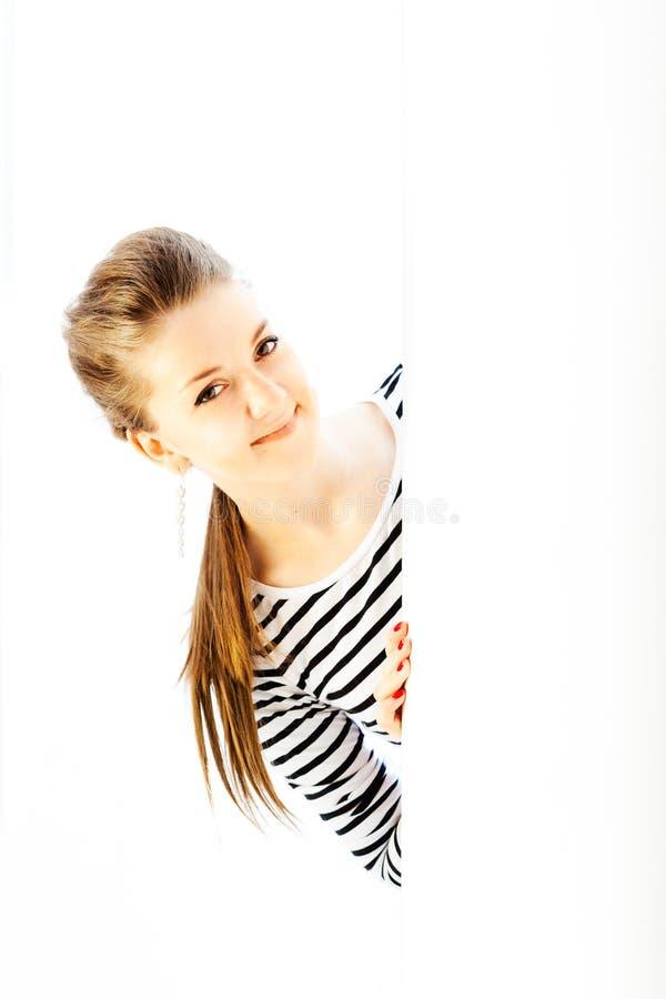 Meisje dat uit de hoek kijkt stock fotografie