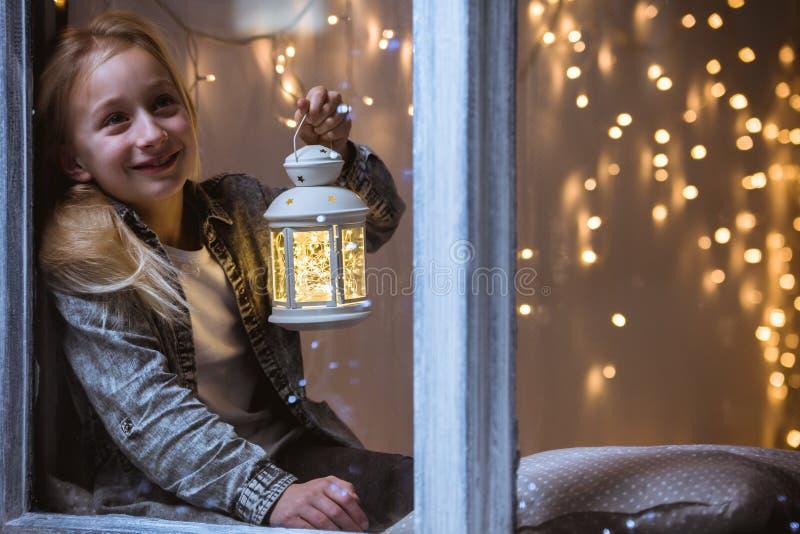 Meisje dat uit het venster kijkt royalty-vrije stock foto