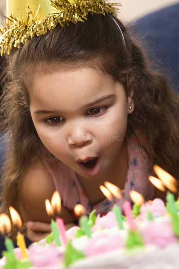 Meisje dat uit kaarsen blaast royalty-vrije stock afbeelding