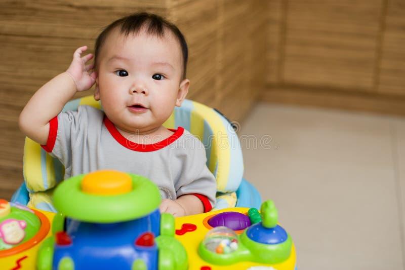 meisje dat van de 6 maand het oude Aziatische baby excitedly glimlacht royalty-vrije stock afbeelding