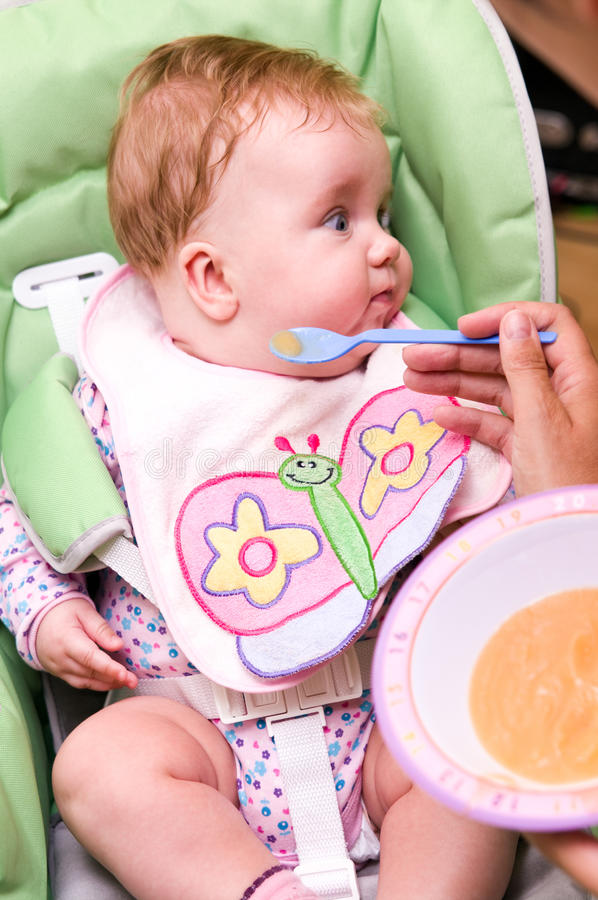 Meisje dat van de baby wordt het gevoed stock afbeeldingen