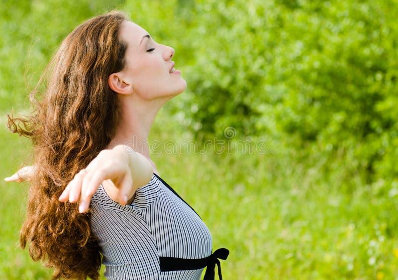 Meisje dat van de zomer geniet stock afbeeldingen