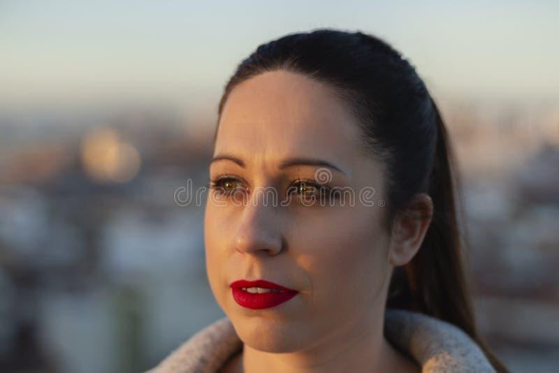 Meisje dat van de zonsondergang geniet stock foto