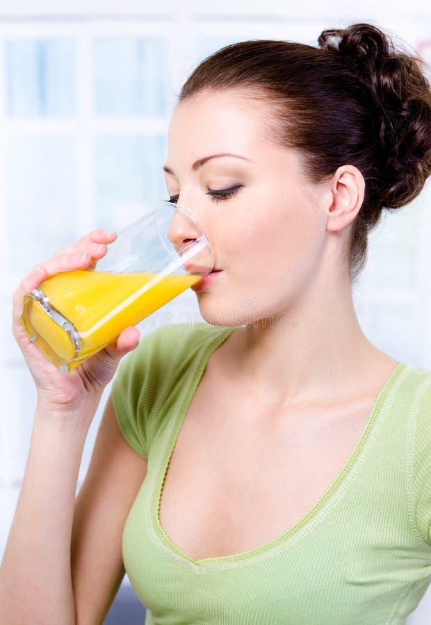 Meisje dat vers jus d'orange drinkt royalty-vrije stock afbeelding