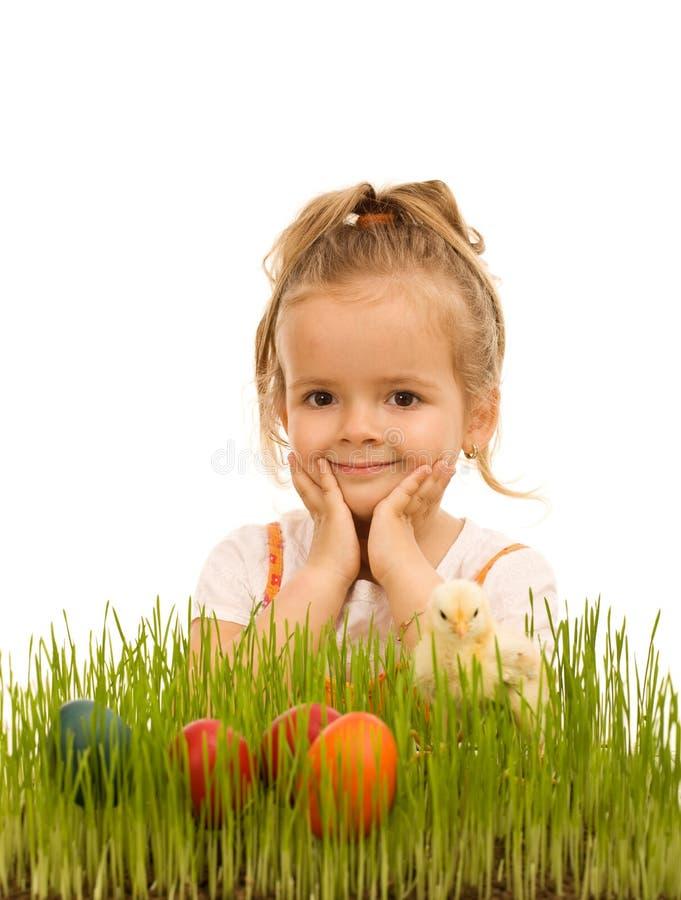Meisje dat voor Pasen voorbereidingen treft stock afbeelding