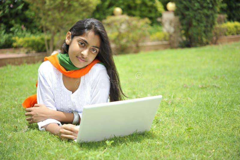 Meisje dat vrijheid uitdrukt stock afbeeldingen