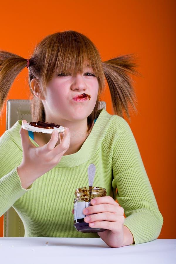 Meisje dat wafeltjes eet stock foto's