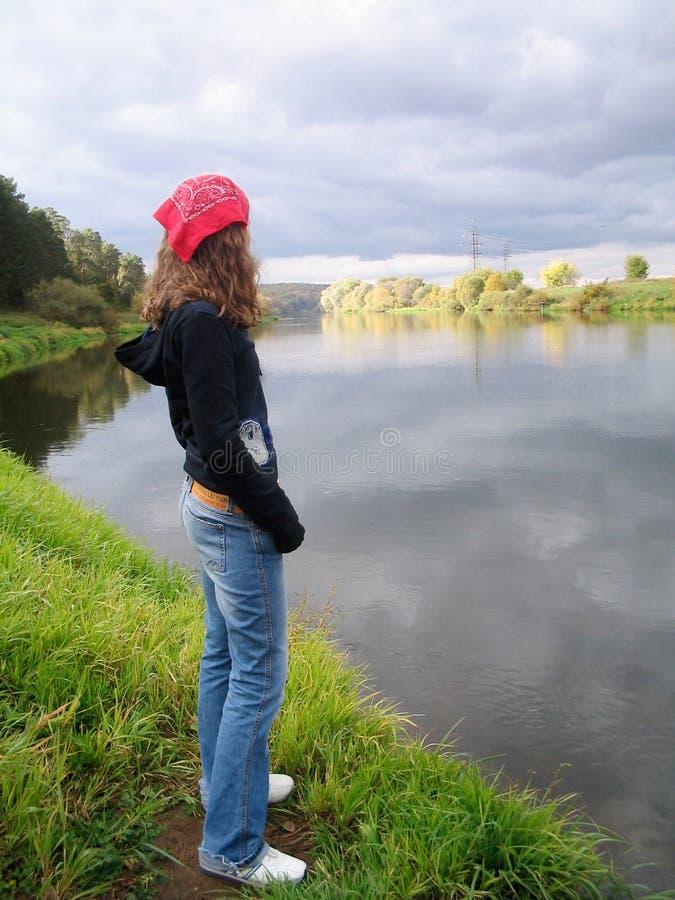 Meisje dat water bekijkt royalty-vrije stock fotografie