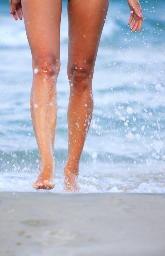 Meisje dat in water loopt stock foto's