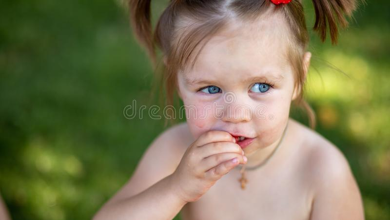 Meisje dat watermeloen eet bevlekt mond dicht omhoog Portret van een jong blondemeisje met watermeloen, de zomer openluchthealt royalty-vrije stock afbeeldingen