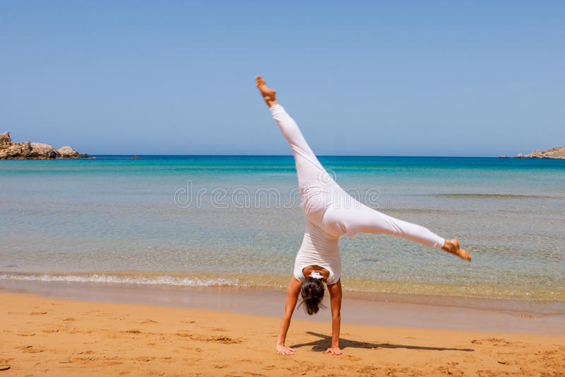 Meisje dat yoga doet royalty-vrije stock afbeelding