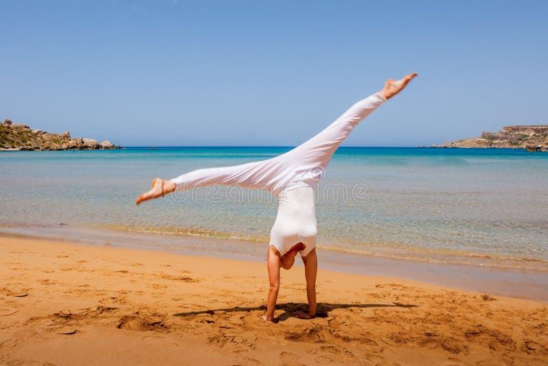 Meisje dat yoga doet stock foto's