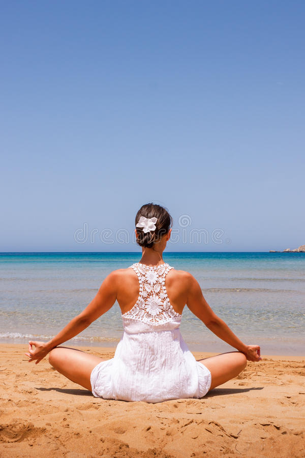 Meisje dat yoga doet stock foto